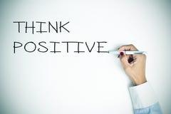 A jovem mulher que escreve a frase pensa o positivo, vignetted Fotografia de Stock Royalty Free