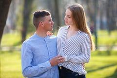 Jovem mulher que escuta com cuidado seus noivo e elogio ele u fotos de stock royalty free