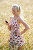 Jovem mulher que escuta a música Fotos de Stock Royalty Free