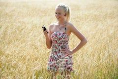 Jovem mulher que escuta a música Imagem de Stock Royalty Free