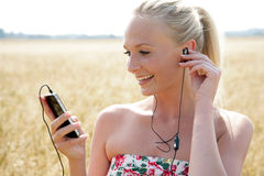 Jovem mulher que escuta a música Imagens de Stock Royalty Free
