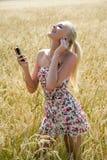 Jovem mulher que escuta a música Fotografia de Stock Royalty Free