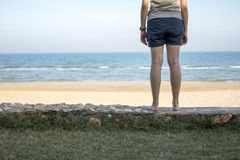 Jovem mulher que está apenas no mar Foto de Stock