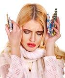 A jovem mulher que está com a gripe toma comprimidos. Fotos de Stock Royalty Free
