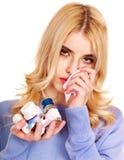 A jovem mulher que está com a gripe toma comprimidos. Fotografia de Stock Royalty Free