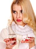 A jovem mulher que está com a gripe toma comprimidos. Foto de Stock Royalty Free