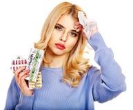 A jovem mulher que está com a gripe toma comprimidos. Imagem de Stock