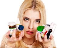 A jovem mulher que está com a gripe toma comprimidos. Imagens de Stock
