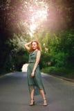 Jovem mulher que está na estrada Fotos de Stock Royalty Free