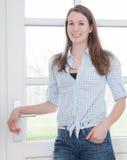 Jovem mulher que está na porta da rua Imagem de Stock