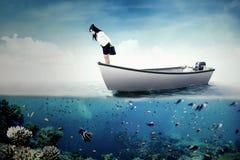 Jovem mulher que está no barco no mar Foto de Stock