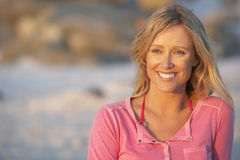 Jovem mulher que está no mar de Sandy Beach Looking Out To Foto de Stock