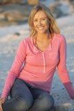 Jovem mulher que está no mar de Sandy Beach Looking Out To Imagem de Stock