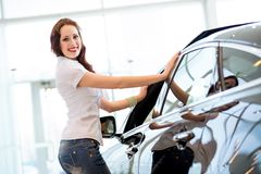 Jovem mulher que está perto de um carro Foto de Stock