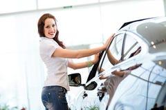Jovem mulher que está perto de um carro Imagem de Stock