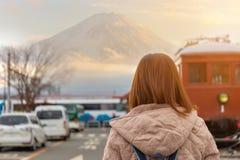 Jovem mulher que estão para trás e Fuji de observação montanhoso no país de Japão foto de stock royalty free