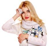 A jovem mulher que está com a gripe toma comprimidos. Fotografia de Stock