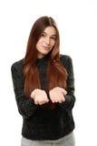 Jovem mulher que está guardando sua mão que mostra algo Imagens de Stock