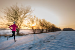 Jovem mulher que estica ao correr fora Imagens de Stock Royalty Free