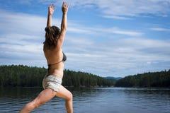 Jovem mulher que estica na doca do cedro Imagem de Stock Royalty Free