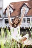 Jovem mulher que estica o exercício Fotos de Stock
