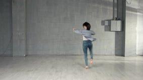 Jovem mulher que executa a dan?a moderna vídeos de arquivo
