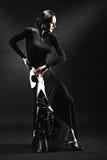 Jovem mulher que executa a dança da salsa com a paixão no backgro preto Fotos de Stock Royalty Free