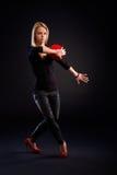 Jovem mulher que exercita com bola Fotos de Stock Royalty Free