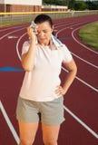 Jovem mulher que exercita em uma trilha fora Fotos de Stock Royalty Free