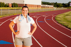 Jovem mulher que exercita em uma trilha fora Fotografia de Stock Royalty Free
