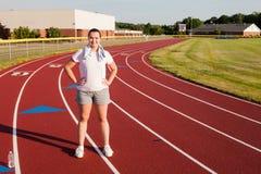 Jovem mulher que exercita em uma trilha fora Imagem de Stock Royalty Free