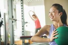 jovem mulher que exercita no gym Fotos de Stock Royalty Free