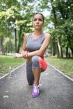 Jovem mulher que exercita no parque da cidade imagens de stock royalty free