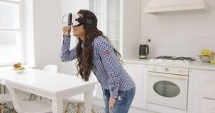 Jovem mulher que experimenta a realidade virtual filme