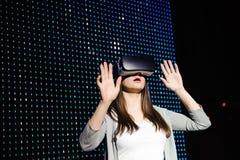 Jovem mulher que experimenta vidros da realidade virtual 3d foto de stock
