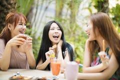 Jovem mulher que fala no jardim do restaurante Imagem de Stock Royalty Free