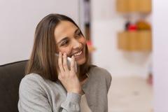 Jovem mulher que fala no telefone Fotografia de Stock