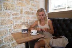 Jovem mulher que faz anotações na almofada de escrita Imagem de Stock