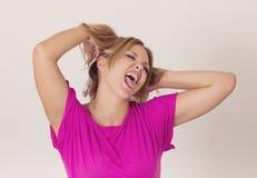 Jovem mulher que faz as faces engraçadas Fotografia de Stock Royalty Free