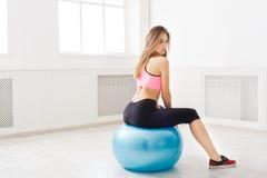 Jovem mulher que faz exercícios da aptidão com bola do ajuste Imagens de Stock