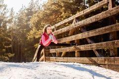 Jovem mulher que faz exercícios durante o treinamento do inverno fora Imagens de Stock Royalty Free