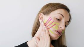 Jovem mulher que faz a gravação da cara para o rejuvenescimento video estoque