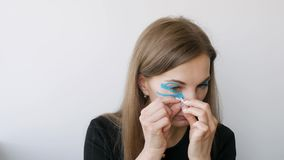 Jovem mulher que faz a gravação em torno dos olhos para rejuvenescer video estoque