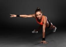 Jovem mulher que faz impulso-UPS Imagem de Stock