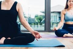 Jovem mulher que faz a ioga de assento da meditação Imagens de Stock Royalty Free