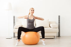 Jovem mulher que faz a ioga em casa Foto de Stock Royalty Free