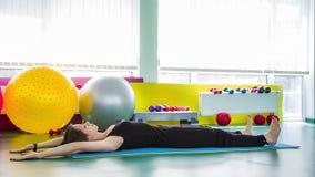 Jovem mulher que faz a ioga em uma esteira filme