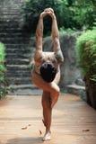 Jovem mulher que faz a ioga no lugar bonito fotos de stock