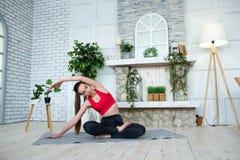 Jovem mulher que faz a ioga no parque da manhã Imagem de Stock