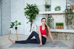 Jovem mulher que faz a ioga no parque da manhã Fotos de Stock